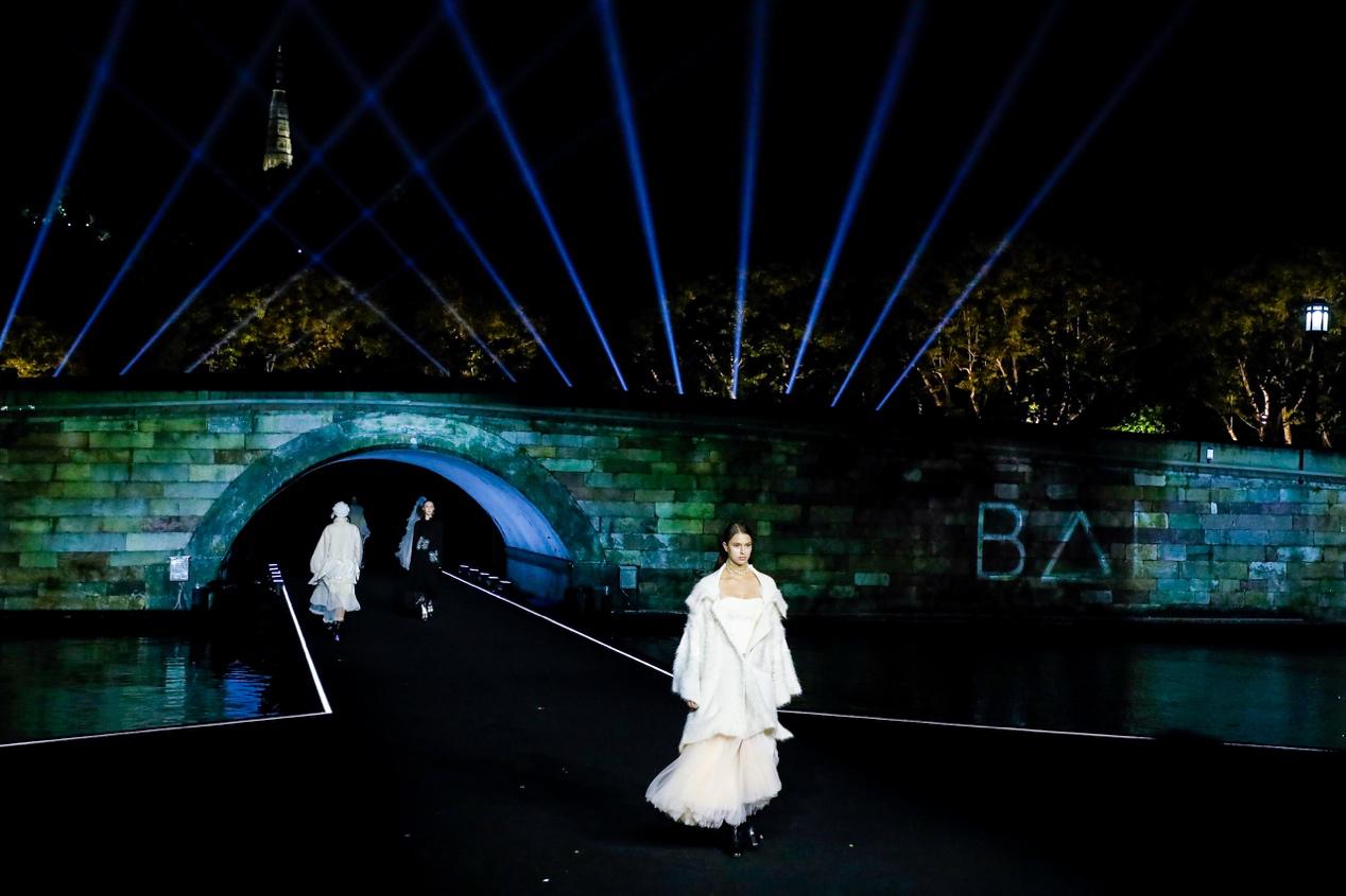 断桥时装秀惊艳西湖,国宝元素演绎东方美学独特魅力