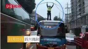 早高峰交警站公交车顶托举电缆:害怕,但值得!