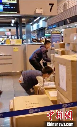 旅行团分摊重量从泰搬146箱防护服 娃也当起搬运工