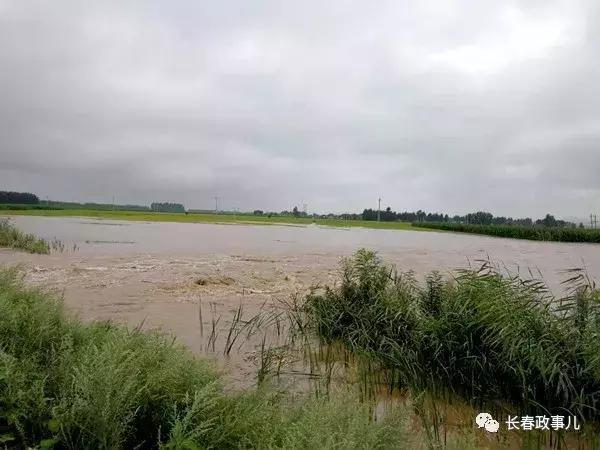 长春朝阳区:降雨造成决口险情 千名群众安全转移