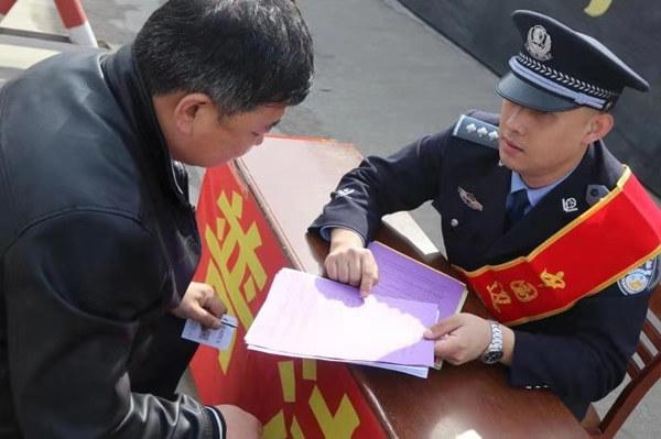吉林南坪出入境边防检查站深入开展普法和服务宣传工作