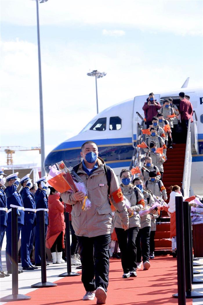 我省支援湖北医疗队首批返吉队员凯旋,巴音朝鲁景俊海在机场迎接