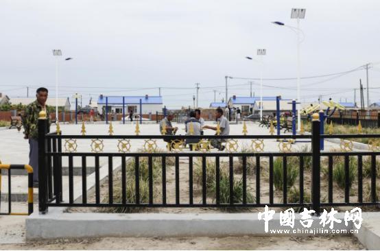 火车头广场已经成了村民休息的好去处。