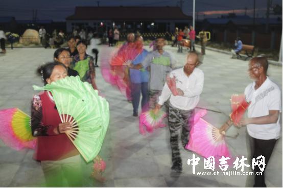 同德村秋日的傍晚,村民在晚饭后自发来到火车头广场,扭起东北大秧歌。