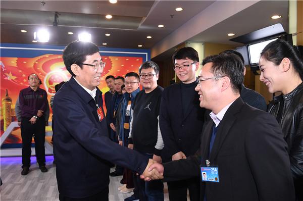 巴音朝鲁刘国中看望全国两会乐投国际娱乐省新闻工作者