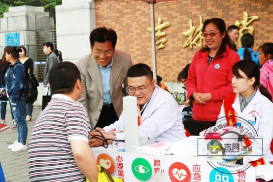 长春市红十字会组织志愿者为考生家长提供便捷服务