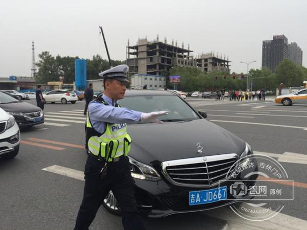 吉林省实验中学考点:开辟200多个临时停车位 供家长们停车