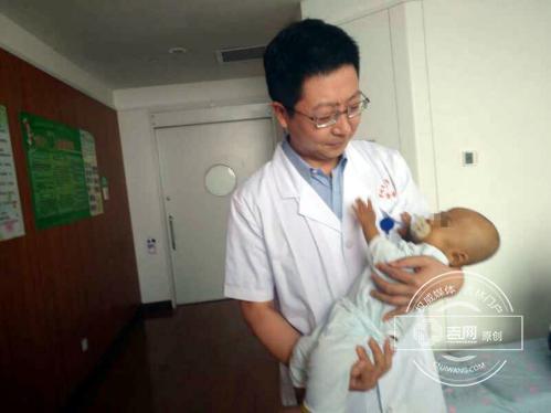 术前主刀专家之一的吕国悦教授抱着小宝(化名)(丁隽 摄影).jpg
