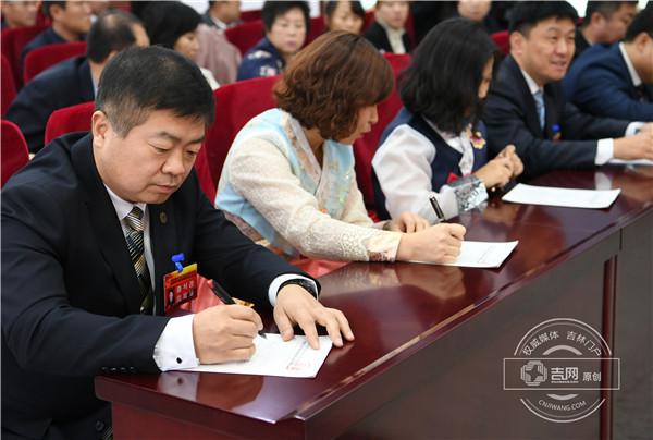 代表们在认真填写选票.jpg