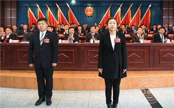 首任和龙市监察委员会主任石琦华(右二)与代表们见面.jpg