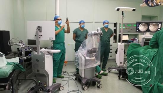 机器人助医生给骨折病人做手术 手术时间缩短一半