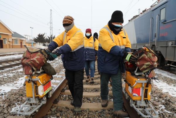 """图4为""""钢轨医生""""对沃皮站内设备进行重点检查。王鹏摄.JPG"""