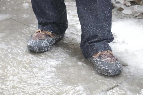 图为吉林站上水员一批作业还未结束,脚上就被溅上了水,很快冻成硬邦邦的冰碴儿。.jpg