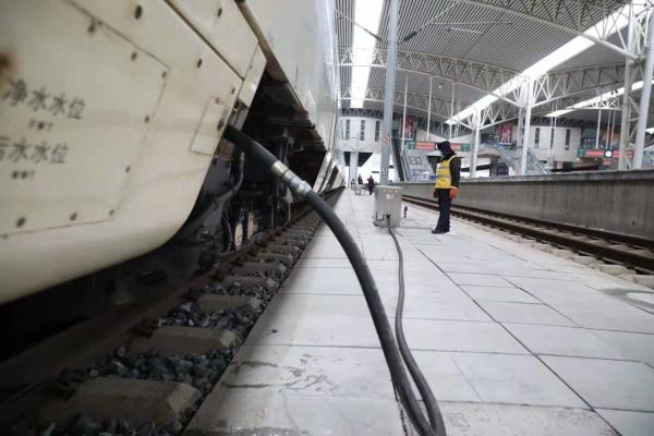 图为寒风中,吉林站上水员克服严寒,认真对每节列车进行注水。.jpg