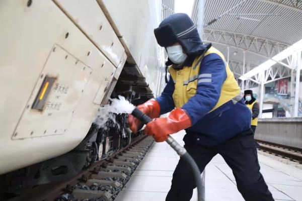 图为1月19日上午,58岁的吉林站上水班长高嵩正冒着刺骨寒风为D74高铁列车上水。.jpg