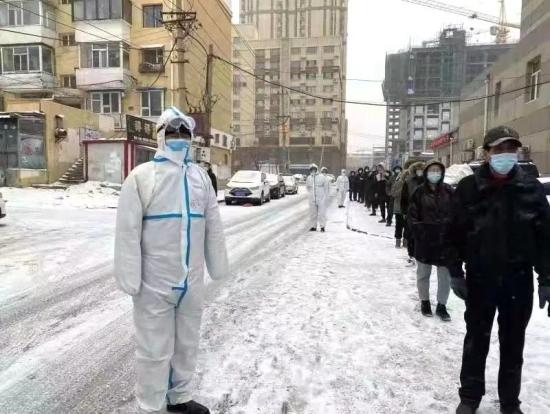 """长春市市场监管局志愿者""""下沉社区"""" 协助做好核酸检测工作"""