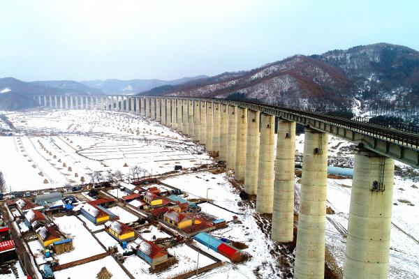 """长白山区的铁路""""护桥人"""""""