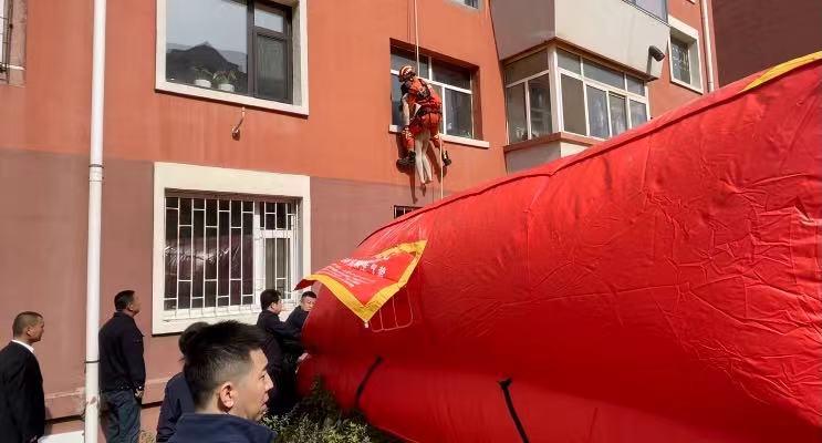女子欲跳楼轻生 消防员索降成功营救